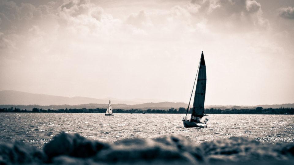 vela-sul-lago-di-garda-con-qu-am-si-sas