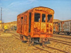 Foto di carrozza di un treno arruginito ed abbandonato; qui usato per far riferimento ai veicoli sia nuovi (ironicamente) che a quelli fuori uso.